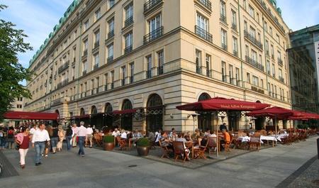 Mensen in buiten cafe van Hotel Adlon op Unter den Linden belangrijkste straat van Berlijn, Duitsland