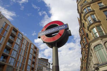 Londen, Verenigd Koninkrijk - 22 juli: Teken van de Londense metro langs Knightsbridge in Kensington op 22 juli 2011 in Londen, Verenigd Koninkrijk.