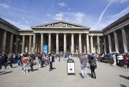 Londen, Verenigd Koninkrijk - 23 juli 2011: Bezoekers aan de ingang van het British Museum in Londen, Verenigd Koninkrijk op 23 juli 2011.