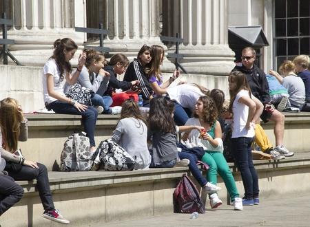 Londen, Verenigd Koninkrijk - 23 juli 2011: Teenage bezoekers te wachten bij de ingang van het British Museum in Londen, Verenigd Koninkrijk op 23 juli 2011. Redactioneel