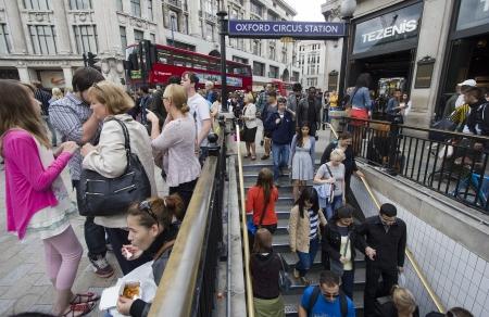Londen, Verenigd Koninkrijk - 23 juli 2011: Mensen die de metro in Oxford Circus Station in Londen, Verenigd Koninkrijk op 23 juli 2011.
