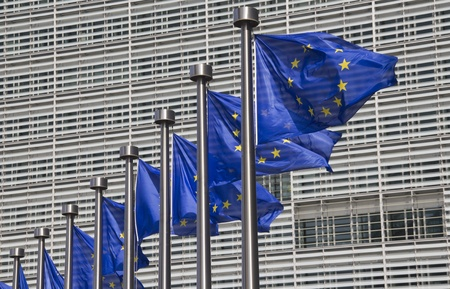 Europese Unie vlaggen in de voorkant van het Berlaymont-gebouw in Brussel, België