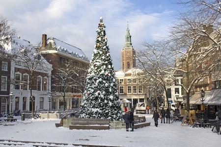Grote kerstboom in de sneeuw in Den Haag, Holland op 20 december 2010