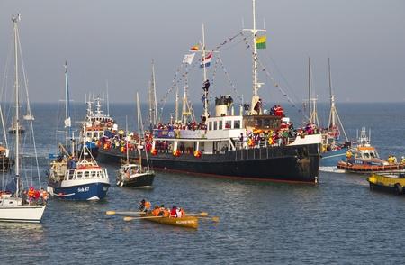 De boot met Sinterklaas komt aan in in Scheveningen, Nederland op 15 november 2011 Redactioneel