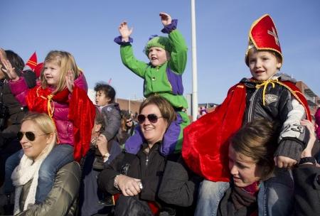 Moeders en kinderen in het Sinterklaas feest in Scheveningen, Nederland op 15 november 2011