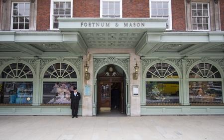 Londen, Verenigd Koninkrijk - 26 juli 2011: Doorman in de voorkant van Fortnum & Mason afdeling storel op 26 juli 2011 in Londen, Verenigd Koninkrijk Redactioneel