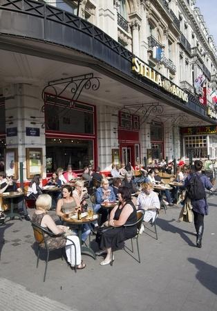 Brussel, België - 5 mei 2011: Mensen zitten op een buiten cafe terras op een hoek van de straat in Brussel, België op 5 mei 2011. Redactioneel