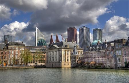 Het Mauritshuis Museum op het Binnenhof, met moderne kantoortorens op de achtergrond, in Den Haag, Nederland