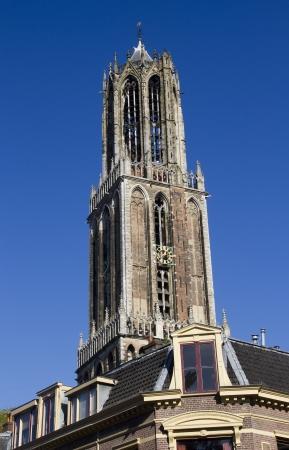 dom: La tour de la cathédrale Dom-dessus d'une rangée de maisons historiques d'Utrecht, Pays-Bas
