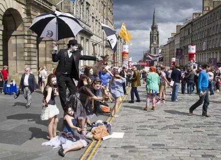 Edinburgh, UK: 2 augustus: Performers op de Royal Mile op het Edinburgh Festival Fringe in Edinburgh, UK op 2 augustus 2012