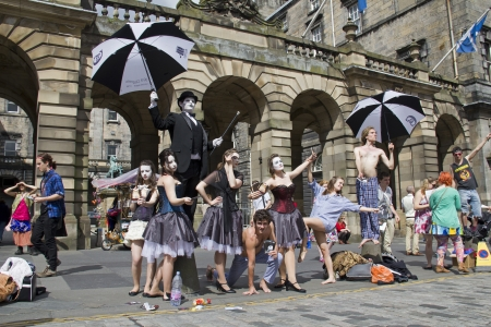 Edinburgh, Verenigd Koninkrijk: 2 augustus: Performers op de Royal Mile op het Edinburgh Festival Fringe in Edinburgh, UK op 2 augustus 2012 Redactioneel