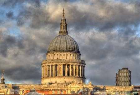 saint pauls cathedral: Saint Pauls Cathedral in London, UK in the light of the setting sun