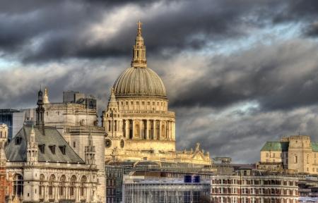 Saint Pauls Cathedral en andere gebouwen van de City of London, gezien vanaf de overkant van de Thames Stockfoto