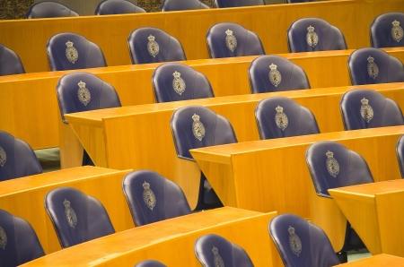 Rijen van lege stoelen en banken in het Nederlandse parlement in Den Haag, Nederland Stockfoto