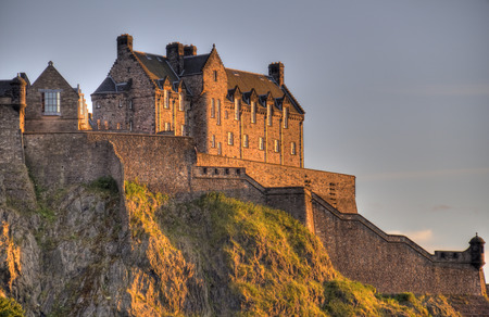 Edinburgh Castle op Castle Rock in het licht van de ondergaande zon