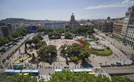 2015 年 5 月 26 日、スペインのバルセロナでカタルーニャ広場オフィス、デパートのバルセロナ, スペイン - 2015 年 5 月 26 日: ビュー