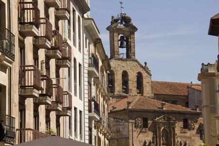 The ancient Church of Saint Martin, or Parroquia de San Martin de Tours church, seen from Calle Rua Mayor shopping street in Salamanca, Spain Archivio Fotografico