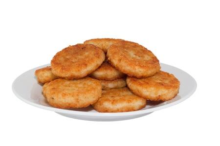 hash browns: Frittelle di patate sul piatto bianco. Immagine � isolata su sfondo bianco, contiene il tracciato di ritaglio.