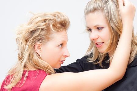 gelosia: Donne d'affari lotta foto concettuale concorrenza.