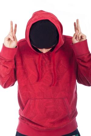 rapero: Hombre Hip Hop con capucha de color rojo posando sobre fondo blanco.
