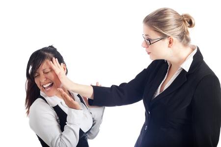 violence in the workplace: Dos mujeres j�venes conflicto, aisladas sobre fondo blanco.