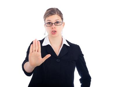 Giovane donna dicendo stop, isolato su sfondo bianco.