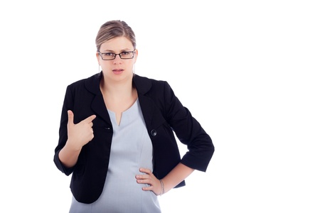 admonester: Angry femme offens�e entreprise jeune, isol� sur fond blanc.