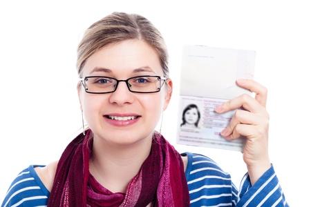 tarjeta visa: Mujer feliz viajero, turista, mostrando el pasaporte, aislados en fondo blanco.