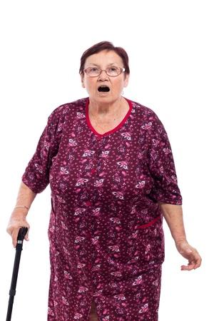 grandmas: Retrato de mujer sorprendida ancianos con bast�n, aisladas sobre fondo blanco. Foto de archivo