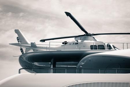 yachts: Particolare di yacht di lusso con elicottero sul ponte, foto ritoccate digitalmente e tonica.