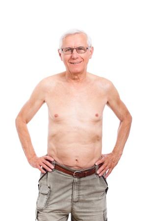hombre sin camisa: Retrato de hombre mayor desnuda sonriendo, aislado en fondo blanco.