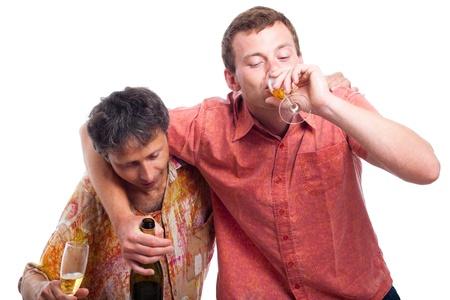 borracho: Dos hombres borrachos que beben alcohol, aislados en fondo blanco. Foto de archivo