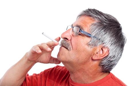 Anziani uomo fumo di sigaretta, isolato su sfondo bianco. Archivio Fotografico - 15152756