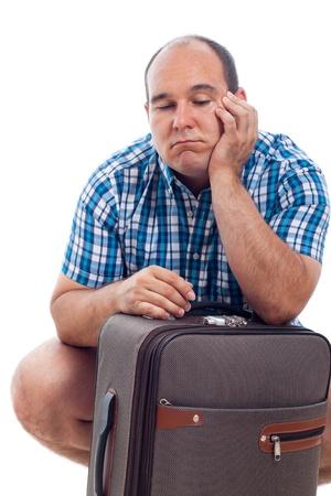 hombre calvo: Hombre aburrido turista viajero espera con el equipaje, aislado en fondo blanco. Foto de archivo