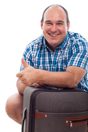 Feliz hombre sonriente turista viajando con equipaje, aislado en fondo blanco.