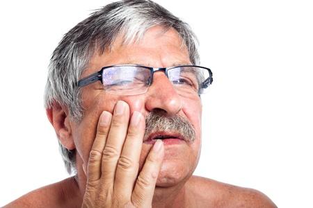mal di denti: Chiudere, su, infelice uomo anziano con mal di denti dolore, isolato su sfondo bianco. Archivio Fotografico