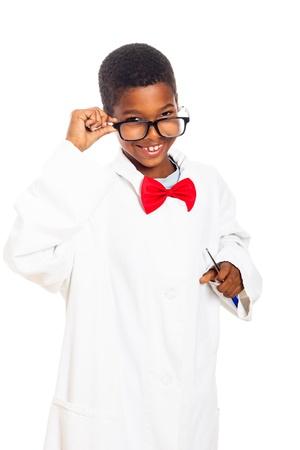 cientificos: Feliz lindo cient�fico inteligente muchacho de la escuela, aislados en fondo blanco.