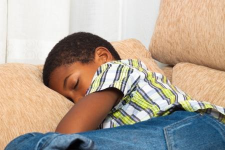 garcon africain: Gros plan de couchage enfant garçon sur le canapé.