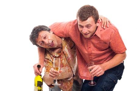 borracha: Dos hombres divertidos borrachos con una botella y un vaso de alcohol, aislados en fondo blanco.