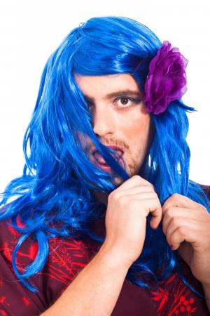 transexual: Cruz travesti Bizarre vestirse con peluca azul, aislados en fondo blanco.