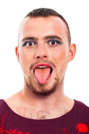 transexual: Primer plano de hombre divertido travesti sacar la lengua, aislados en fondo blanco.