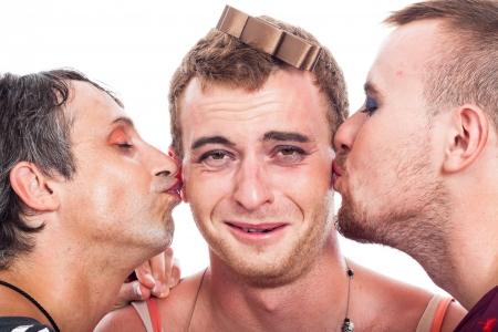 hombres gays: Primer plano de travestis divertidos besos, aislados en fondo blanco.