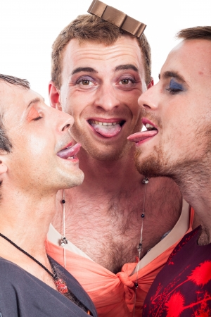 hombres gays: Primer plano de travestis divertidos Sacar la lengua, aislados en fondo blanco.