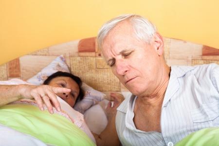 Infelice stanchi coppia senior a letto svegliarsi. Archivio Fotografico - 18136579