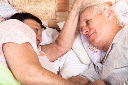 Detalle de la pareja de ancianos se relaja en la cama. Foto de archivo - 18767411