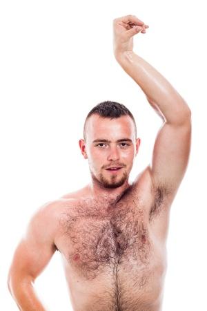 armpit: Hombre peludo descamisado joven que muestra su cuerpo, aislado sobre fondo blanco