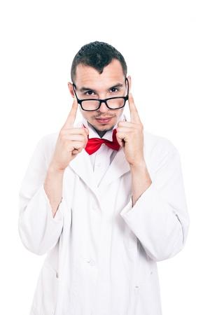 bata de laboratorio: Retrato del científico serio en chaqueta y gafas de laboratorio, aislado en fondo blanco