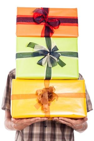 generoso: Hombre generoso que lleva muchas cajas de regalo, aisladas sobre fondo blanco