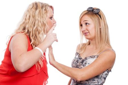 bulling: Dos novias rubias argumentando, aislado sobre fondo blanco.