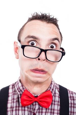 egghead: Scioccato uomo sfigato che fa fronte divertente, isolato su sfondo bianco